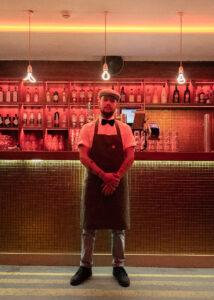 Barman voor de bar in NRC